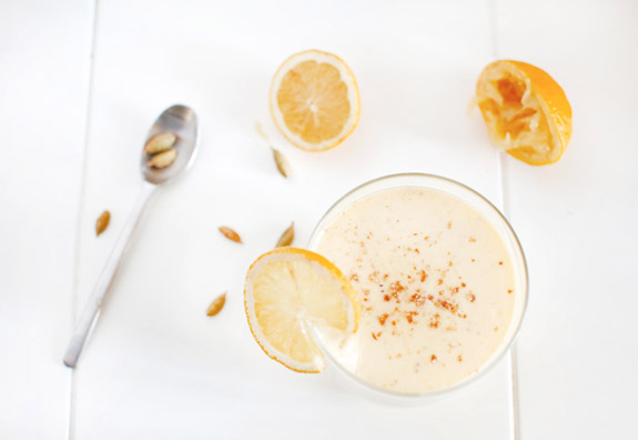 Anti-inflammatory turmeric yogurt smoothie (c) Fotolia